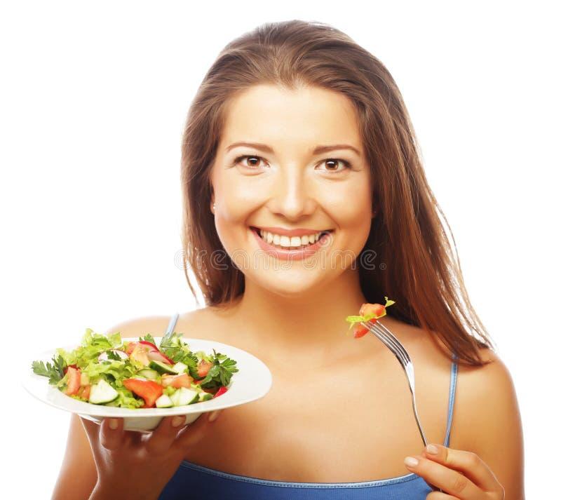 äta den lyckliga salladkvinnan arkivbild