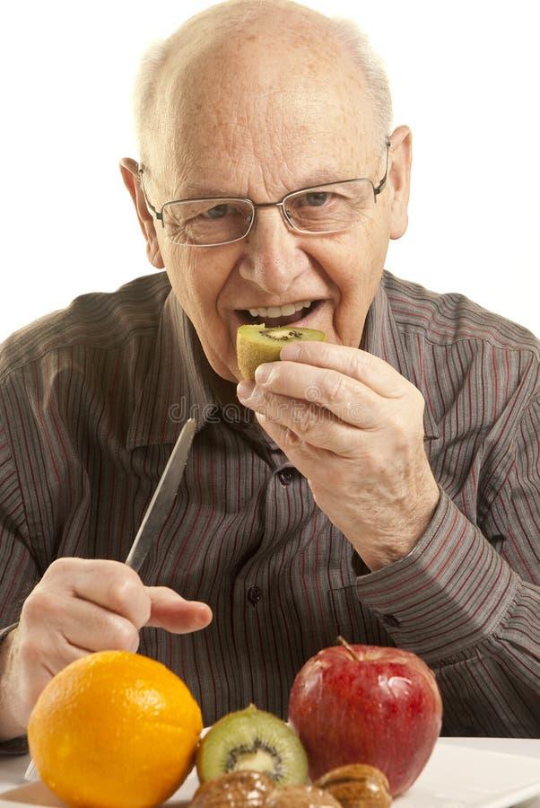 äta den nya fruktmanpensionären royaltyfri foto
