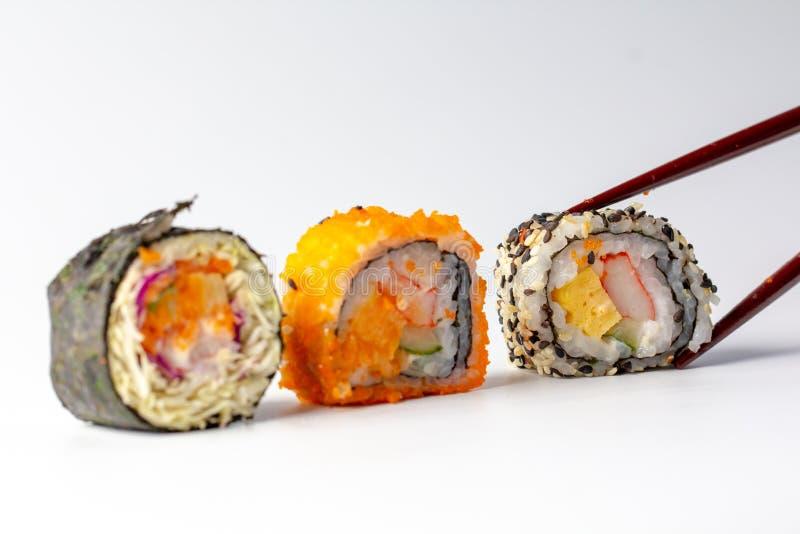 Äta den nya sushi Maki och Niguiri rulla menyn med pinnar Japansk mat f?r sushirulle i restaurang royaltyfria foton