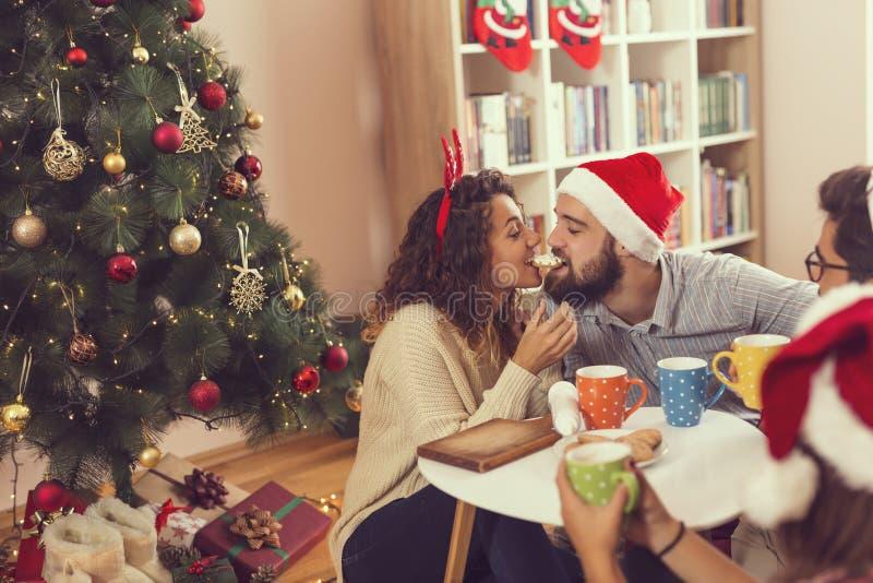 Äta en julkaka arkivbilder
