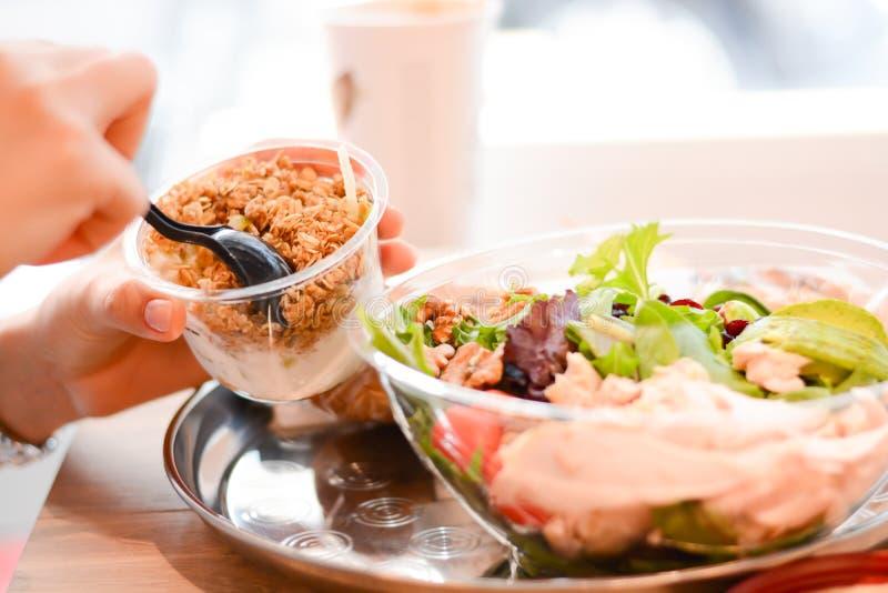 Äta en sund lunch på kontoret royaltyfria bilder