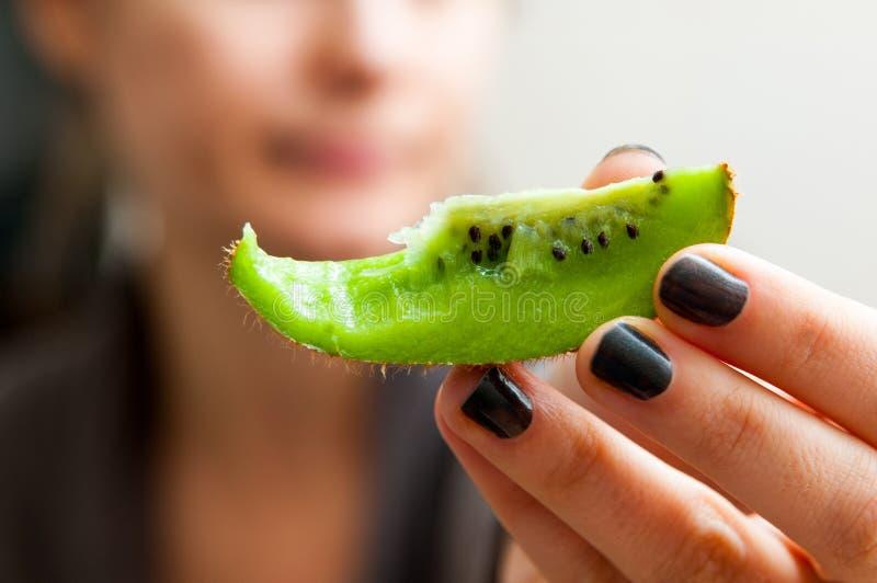 Äta exotisk frukt arkivfoto