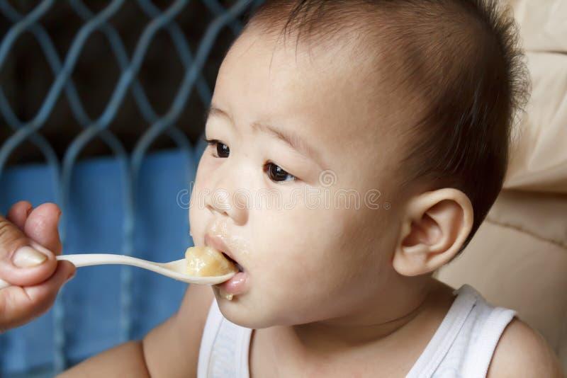 äta för barn arkivfoton