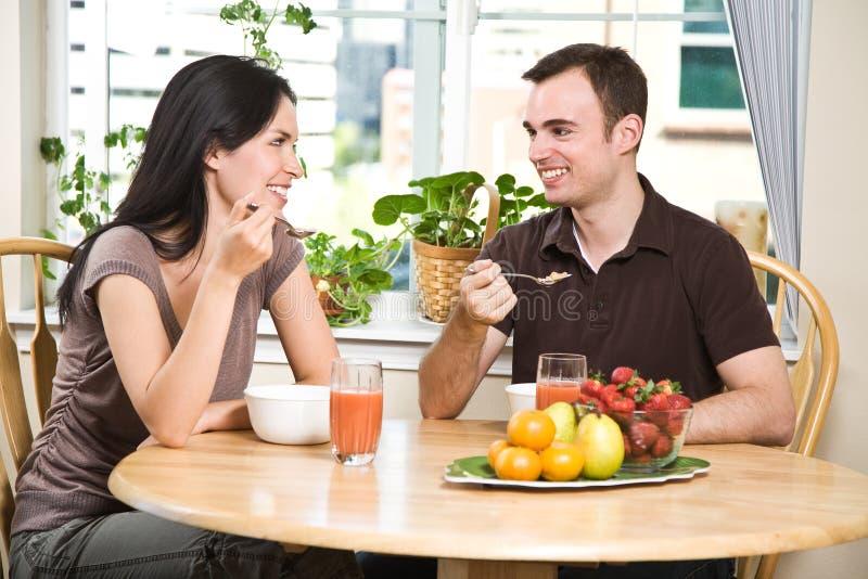 äta för frukostpar fotografering för bildbyråer
