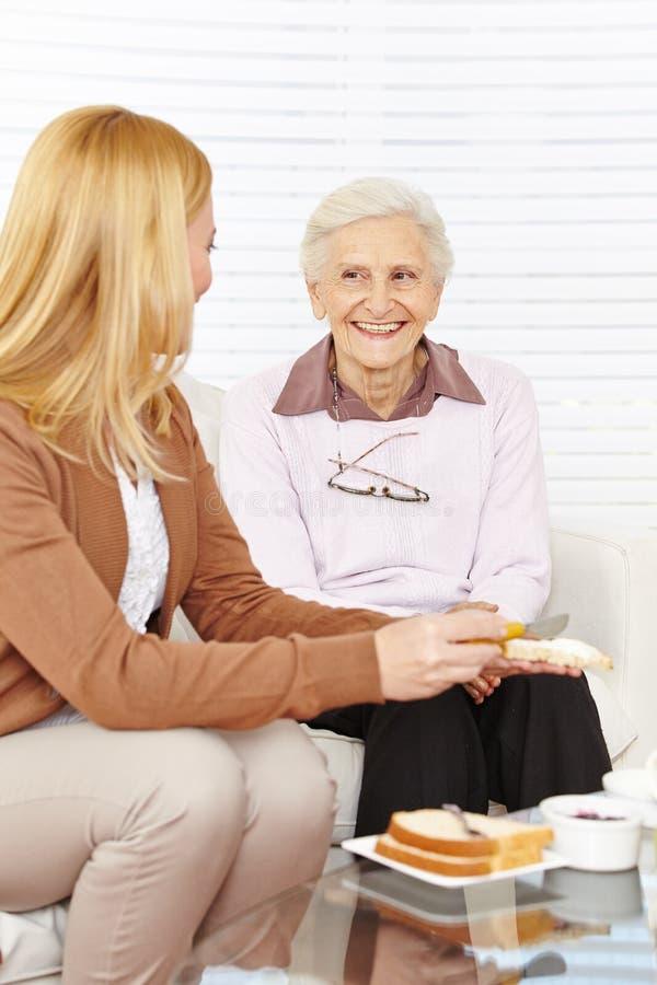 Äta för kvinna och för pensionär royaltyfri fotografi