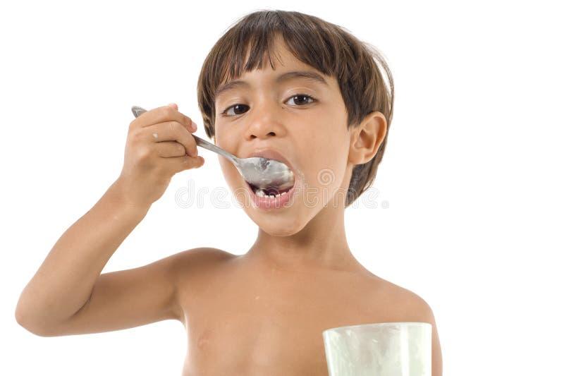 äta för pojke royaltyfri fotografi