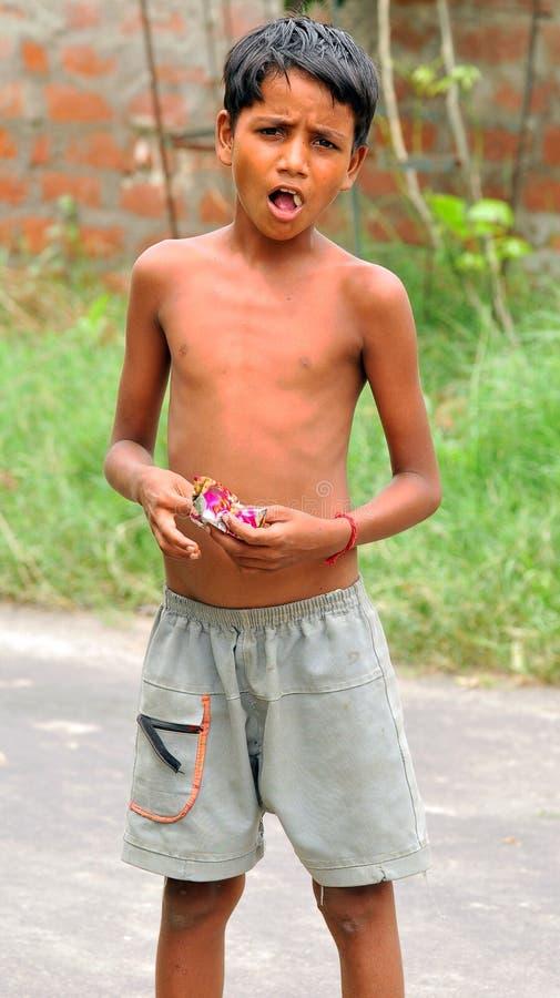 äta för pojkegodisar royaltyfri foto