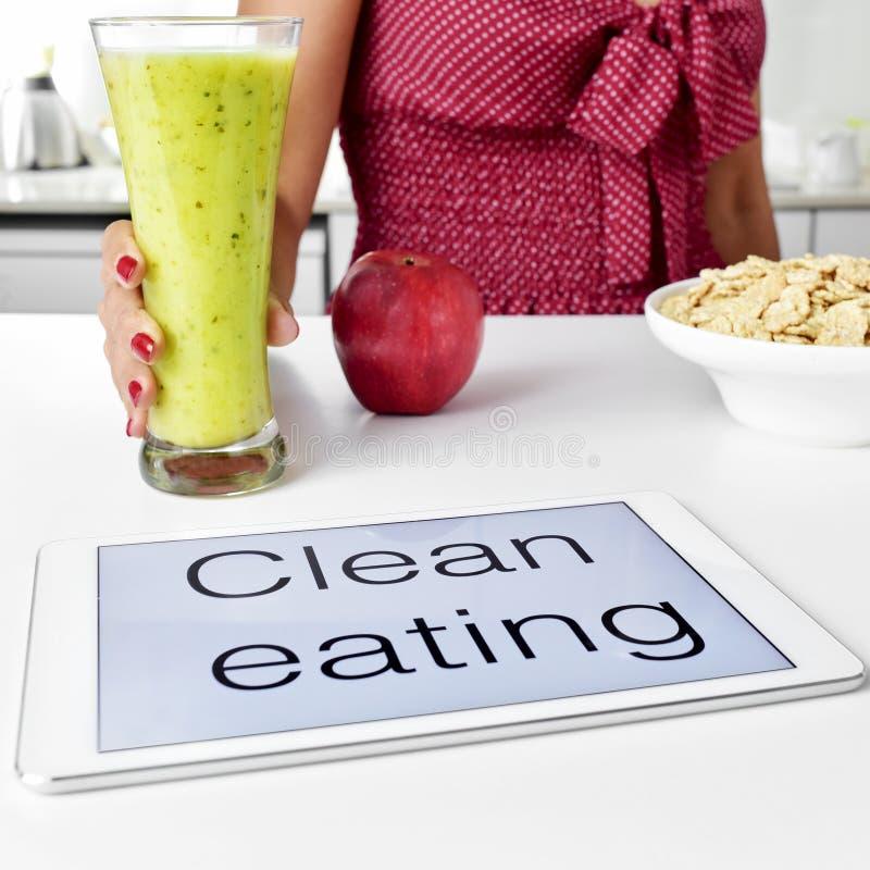 Äta för ung kvinna och för rengöring: havremjölsädesslag, äpple och smoothie royaltyfria bilder