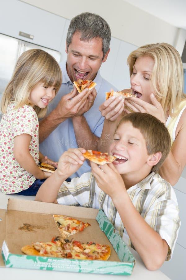 äta familjpizza tillsammans royaltyfria foton