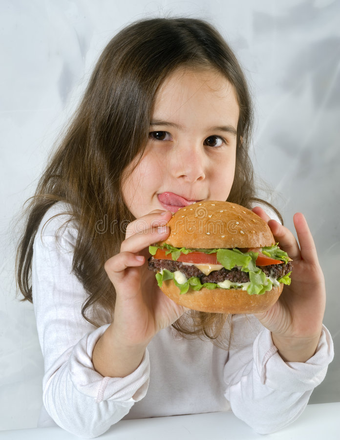 äta flickahamburgaren arkivbild