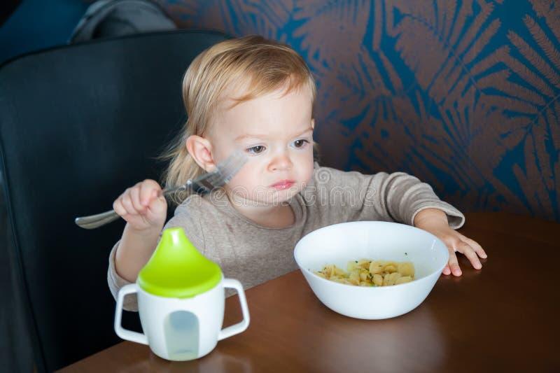 äta flickan little pasta royaltyfri foto