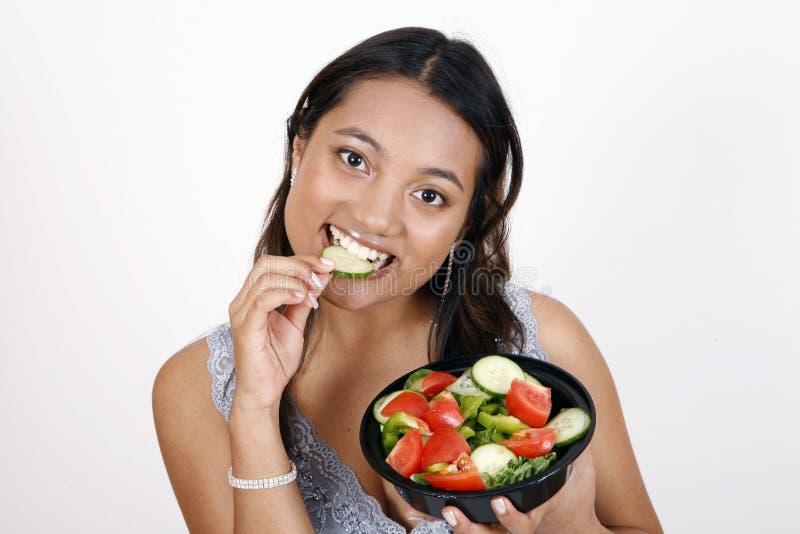 äta flickasallad arkivfoton