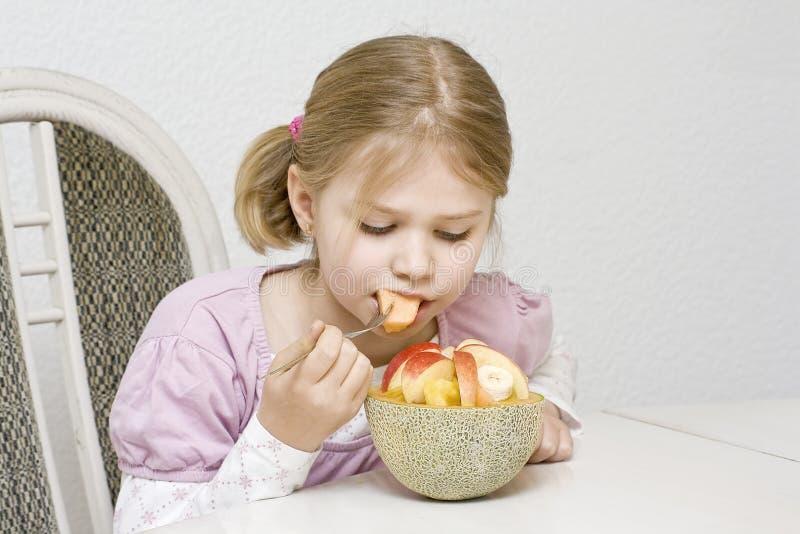 äta fruktflickasallad royaltyfri fotografi