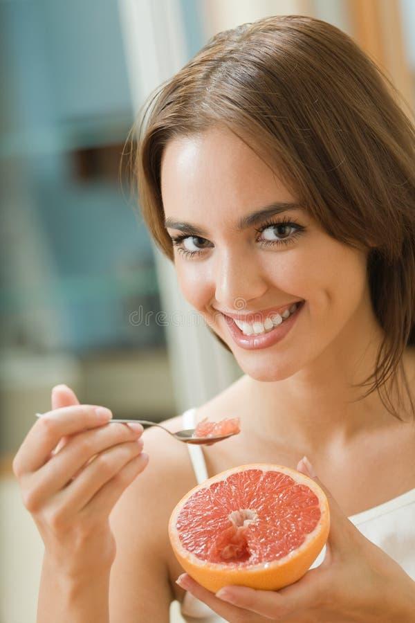 äta grapefruktkvinnan arkivbilder