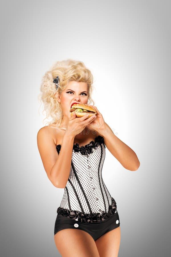 Äta hamburgare royaltyfri fotografi