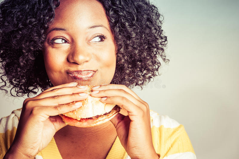 äta hamburgarekvinnan arkivfoto