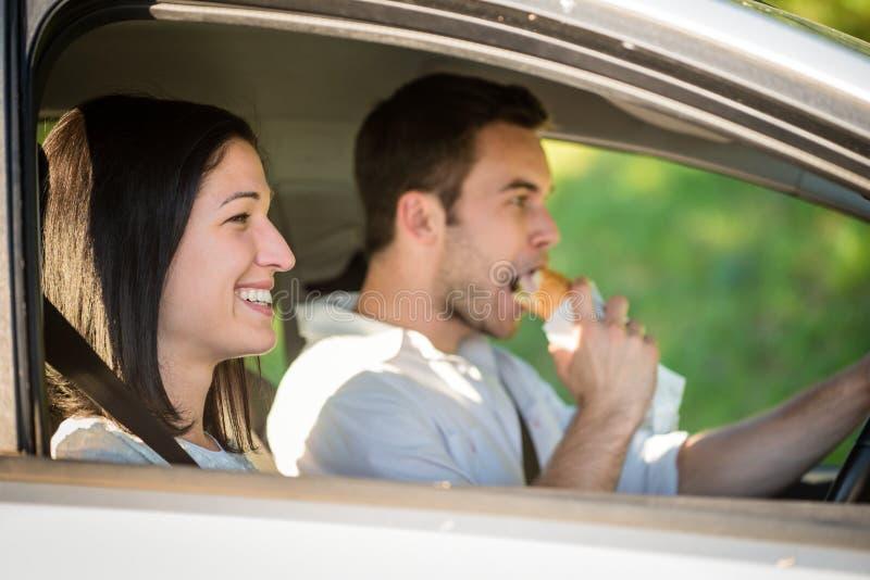 Äta i bil royaltyfria bilder