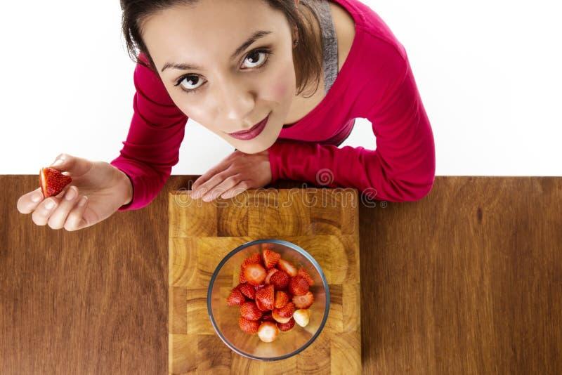 äta jordgubbar royaltyfri foto