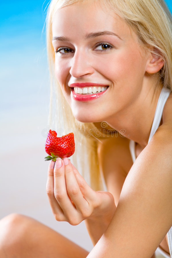äta jordgubbekvinnan arkivfoto
