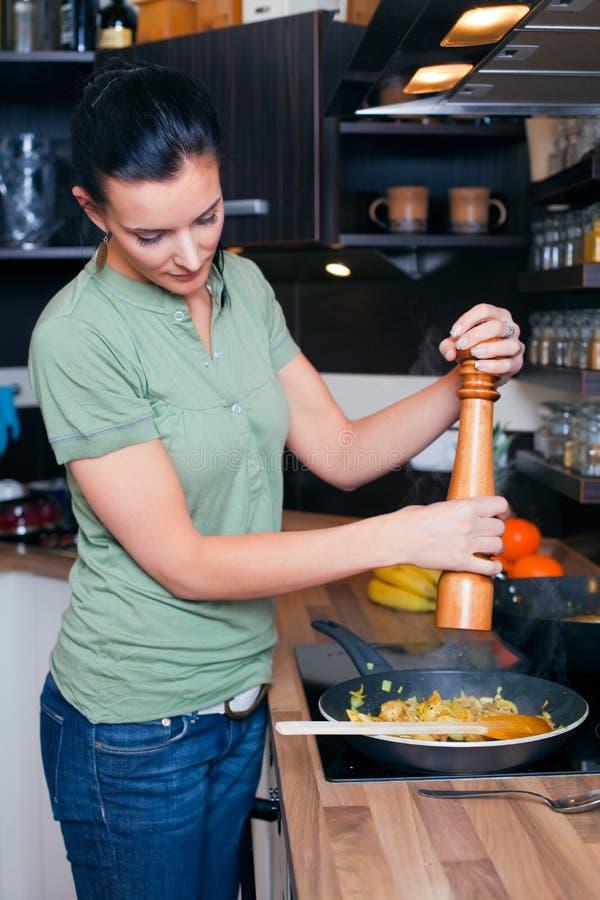 äta lunch förbereda kvinnabarn arkivfoton