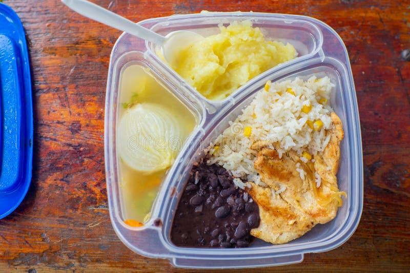 Äta lunch stekt kyckling med potatisen mosar arkivfoton