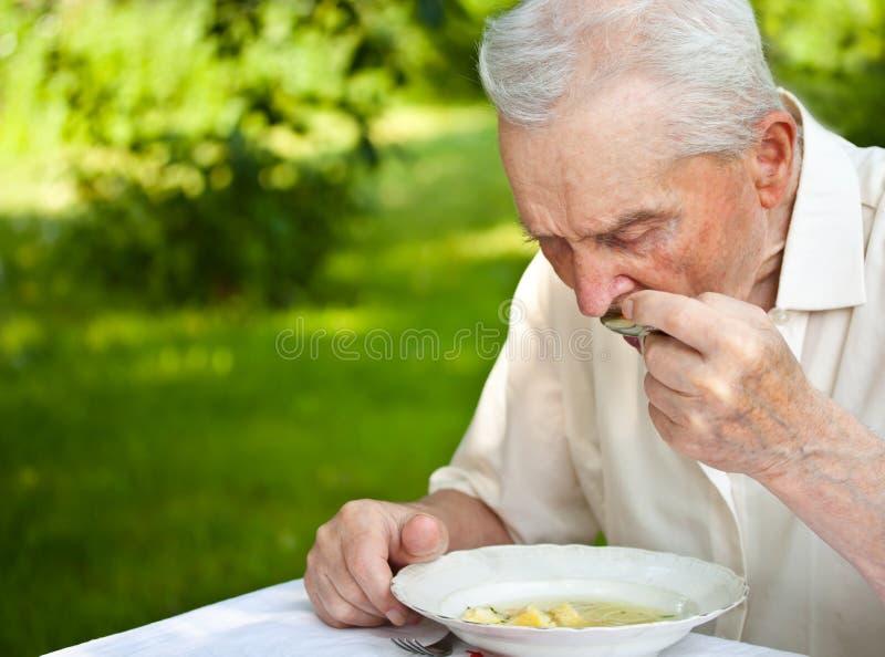 äta manpensionären arkivbild