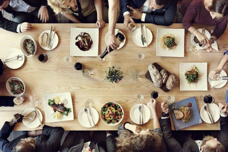 Äta middag affärsmanaffärskvinnakafét koppla av begreppet royaltyfri fotografi