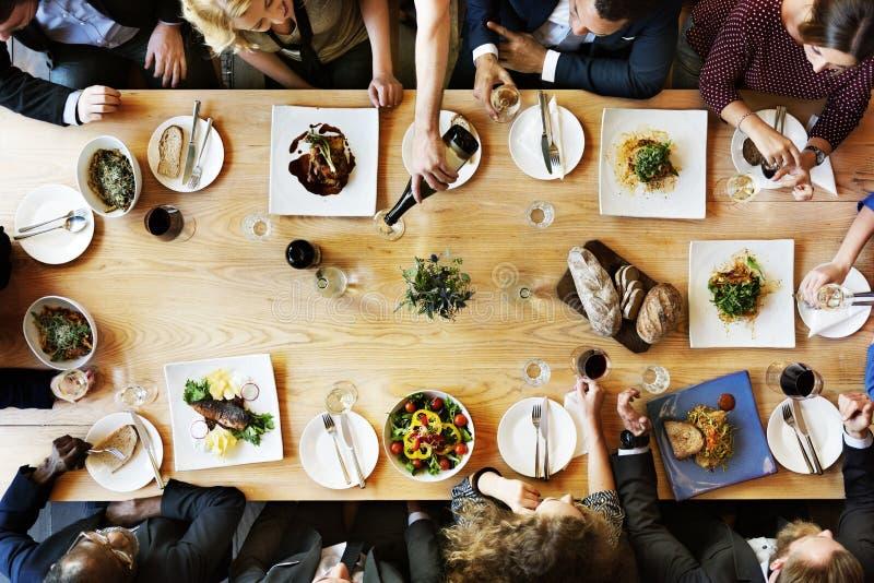 Äta middag affärsmanaffärskvinnakafét koppla av begreppet royaltyfri foto