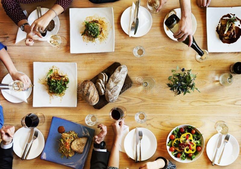 Äta middag affärsmanaffärskvinnakafét koppla av begreppet royaltyfria bilder