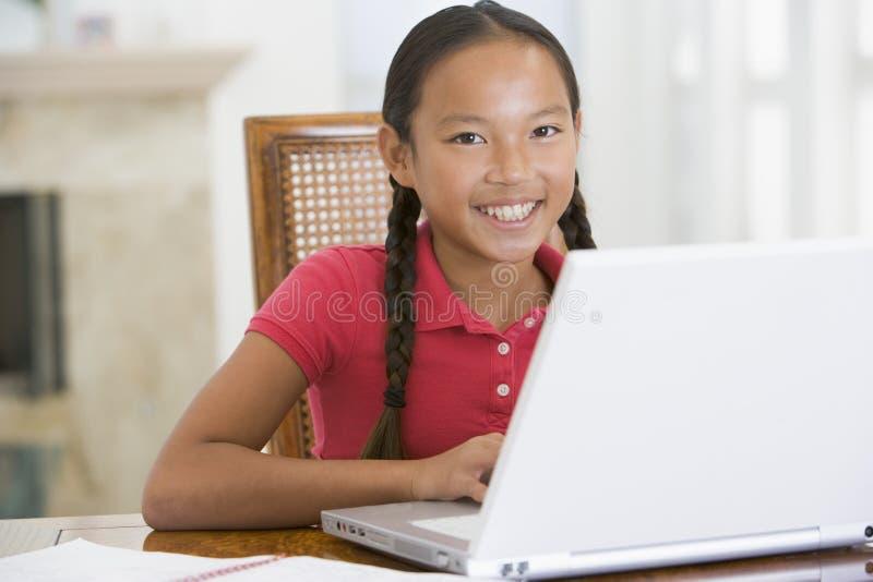 äta middag barn för flickabärbar datorlokal arkivfoton