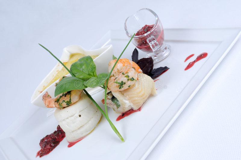äta middag fina grönsaker för hälleflundramålplatta arkivfoto
