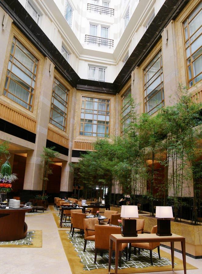 äta middag hotelllyx för atrium fotografering för bildbyråer