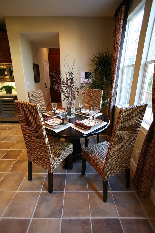 äta middag inre kök royaltyfria bilder