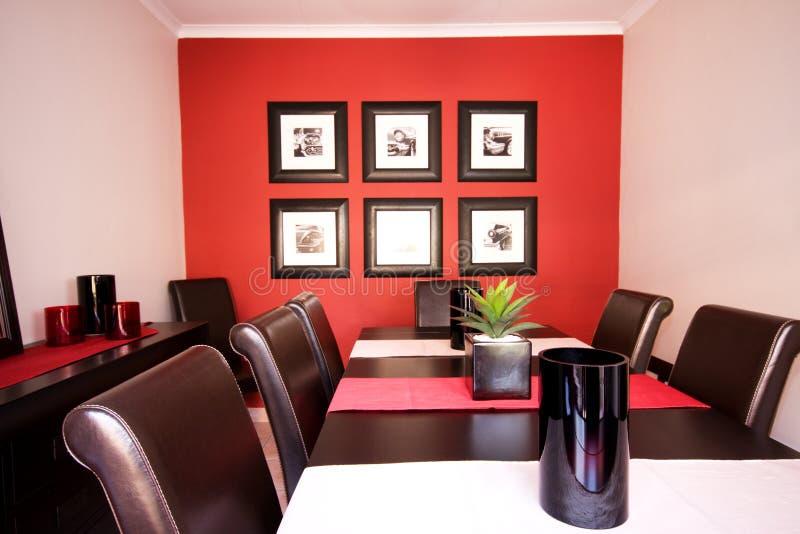 äta middag inre röd lokalvägg arkivbild