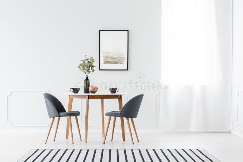 Äta middag möblemang i minimalist inre royaltyfri bild