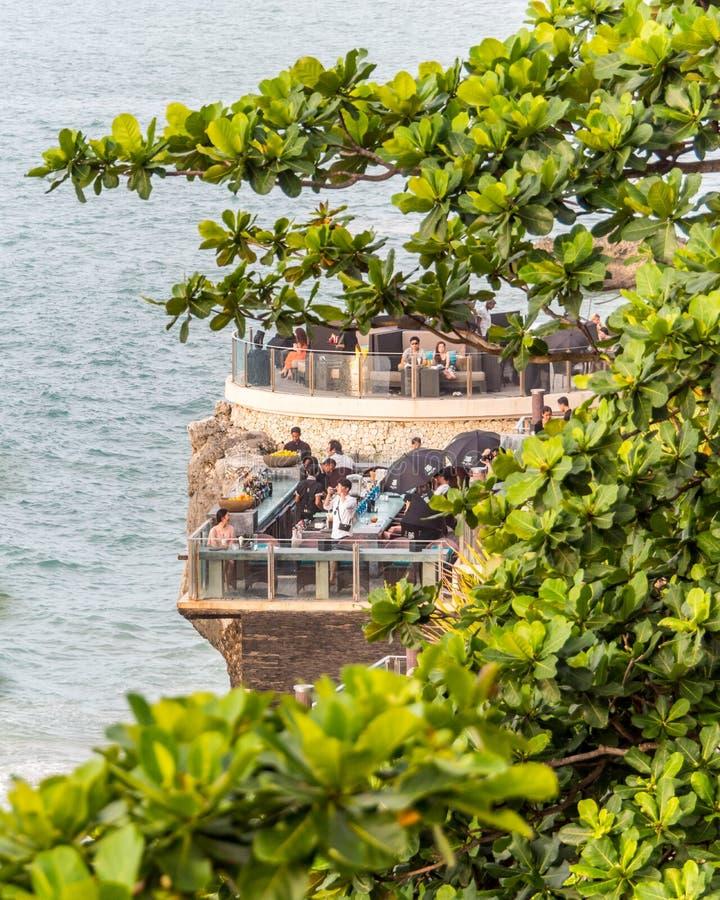 Äta middag på strandremsan i den Jimbaran fjärden Bali royaltyfria foton