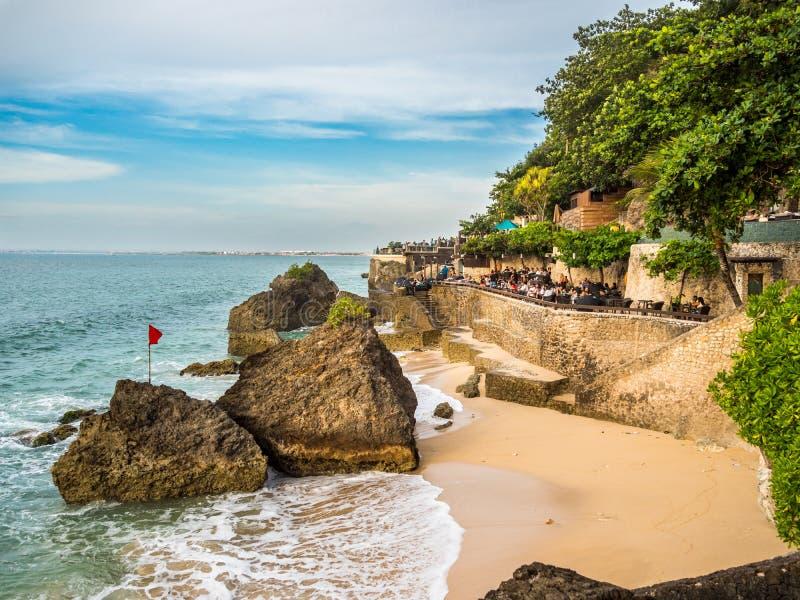Äta middag på strandremsan i den Jimbaran fjärden Bali royaltyfria bilder