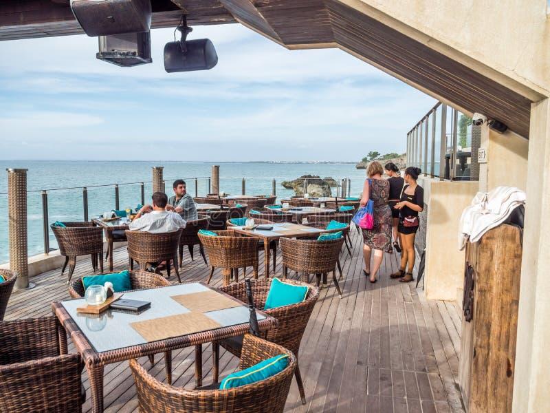 Äta middag på strandremsan i den Jimbaran fjärden Bali royaltyfri foto