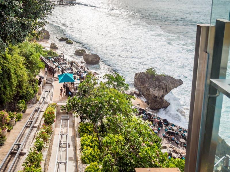 Äta middag på strandremsan i den Jimbaran fjärden Bali arkivfoto