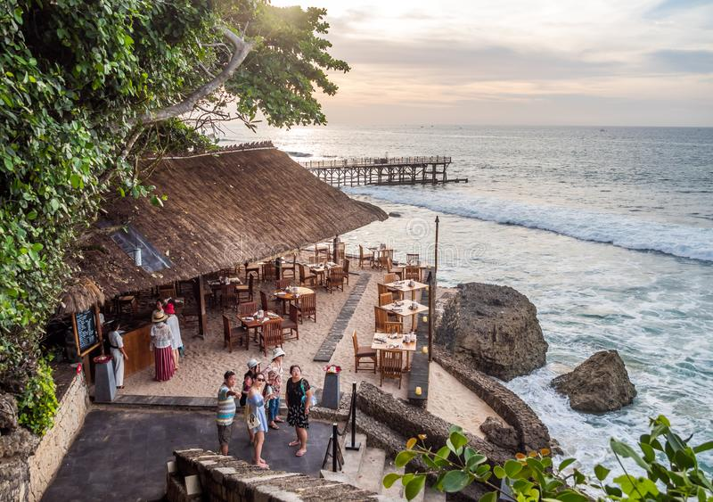 Äta middag på strandremsan i den Jimbaran fjärden Bali royaltyfri bild