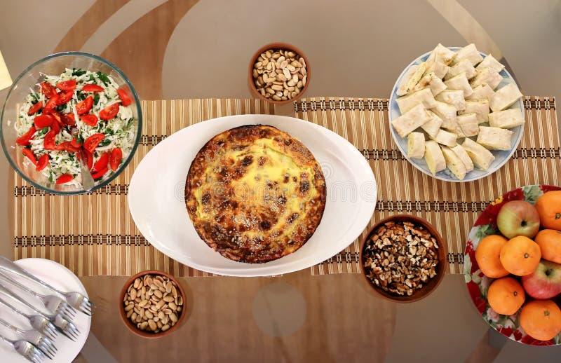 Äta middag tabell för exponeringsglas med sund strikt vegetarianmat arkivbild