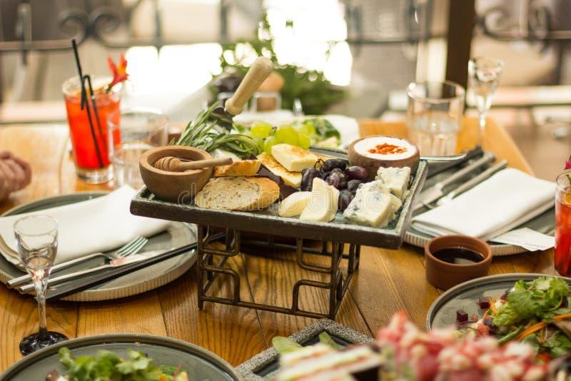 ?ta middag tabell med mat, selektiv fokus En restaurang arkivbilder