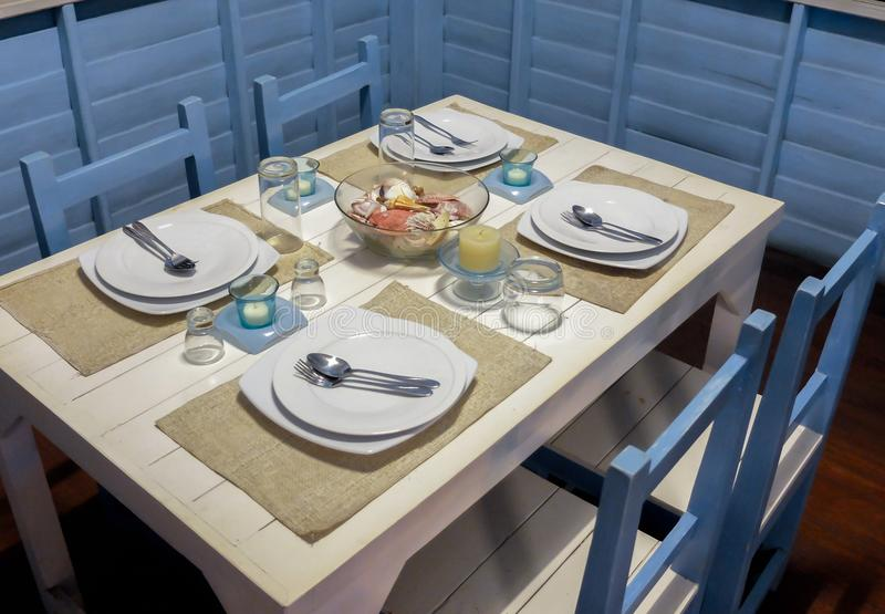 Äta middag tabellen med Marine Style Setup royaltyfri bild