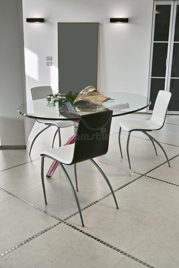 Äta middag tabellen och stol i den moderna vardagsrummet royaltyfria bilder