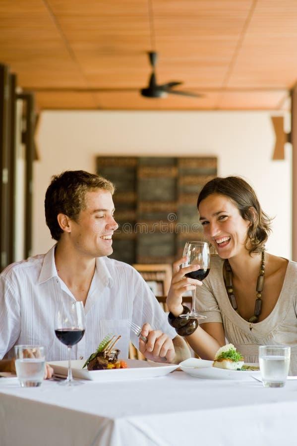 Äta middag tillsammans royaltyfria bilder