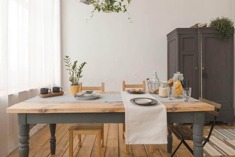 Äta middag trätabellen i modernt hem royaltyfria foton