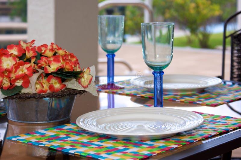 äta middag utanför tabellen arkivbild