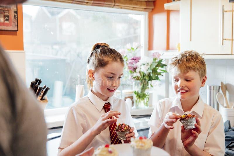 Äta muffin efter skola arkivbilder