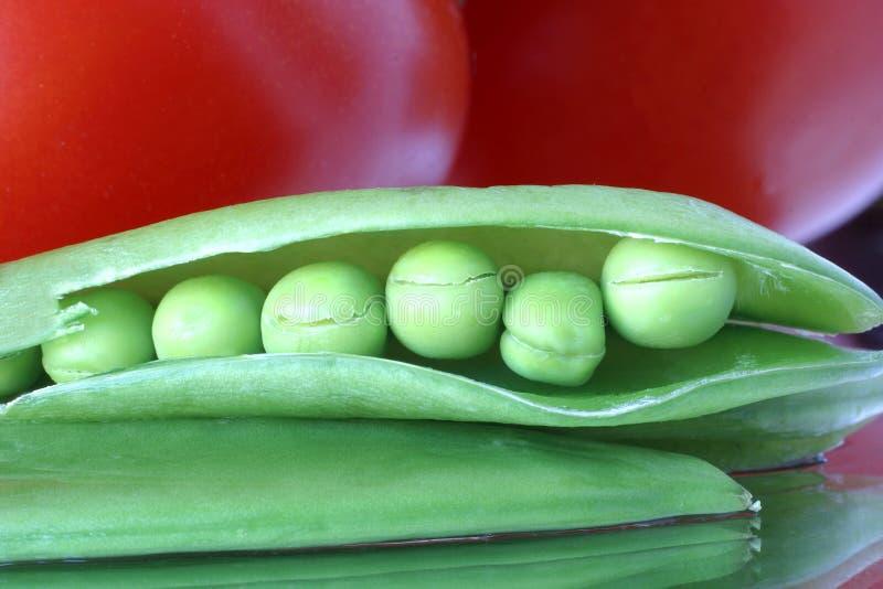 äta nya sunda ärtor rå tomatoes1015 arkivfoton