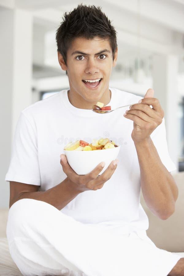 äta nytt barn för fruktmansallad arkivfoto